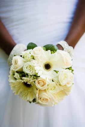 Bouquet de gerberas blancas, combinado con rosas